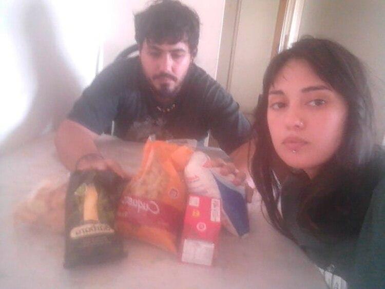 Ezequiel y Fabiana, este viernes, con alimentos que les donaron algunos amigos