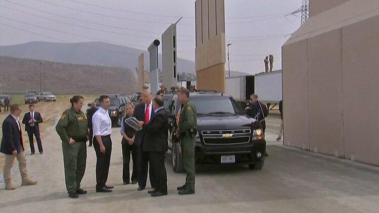 En marzo de 2018, Trump recorrió la zona fronteriza para visitar los prototipos de muro