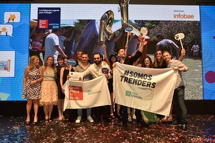 El equipo de Real Trends subió al escenario a recibir su premio