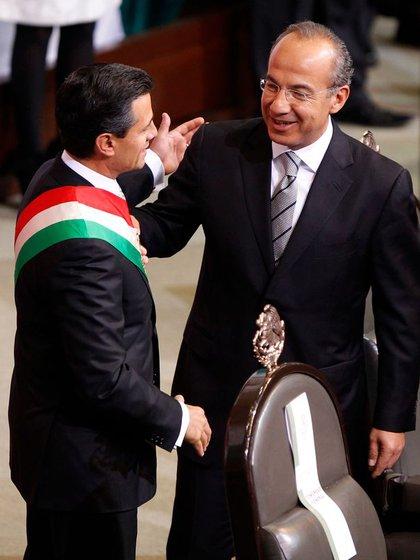 Felipe Calderón y Enrique Peña Nieto durante la ceremonia de sucesión presidencial, en diciembre de 2012 (Foto: REUTERS)