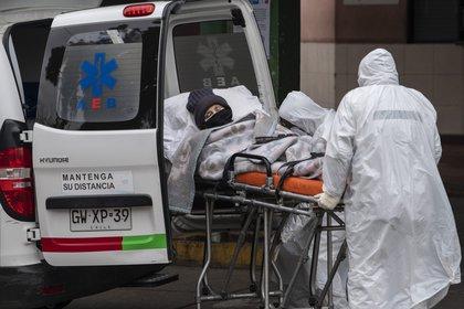 Traslado de un paciente con síntomas de coronavirus (AFP)