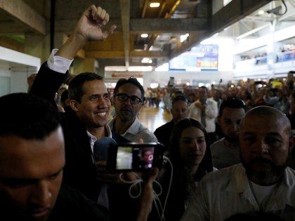 Cuando Guaidó volvió a Venezuela en marzo pasado, hubo especulaciones sobre posibles obstáculos del régimen, pero tras la fuerte presión diplomática, no sufrió inconvenientes al realizar el trámite de Migraciones