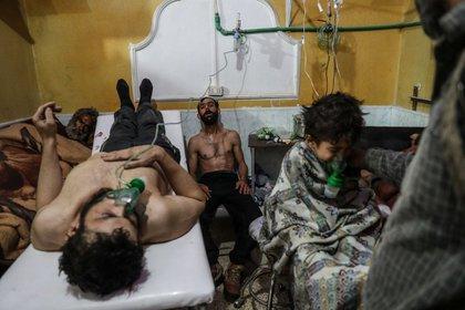 Víctimas de un ataque químico perpetrado por el régimen de Bashar al Assad en febrero de 2018 en Guta Oriental, Damasco, Siria. (MOHAMED BADRA)
