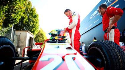 Mick Schumacher se presta a subir a su auto (Prensa Fórmula 2).
