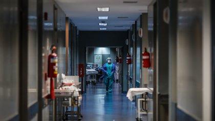 Un medico camina por un pasillo en el Hospital El Cruce de Florencio Varela, el pasado 30 de julio del 2020, en la Provincia de Buenos Aires (Argentina). EFE/Juan Ignacio Roncoroni/Archivo