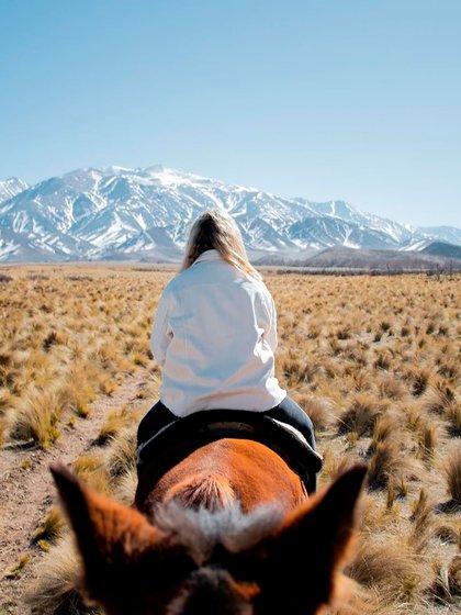 Estancia la Alejandra, es atendido por Juan y su tío. Su casco tiene 90 años de antigüedad y fue uno de los únicos refugios que utilizaban los gauchos encargados del ganado. Además, todos los años realizan junto a sus huéspedes el Cruce de los Andes, en los caballos del establecimiento (@estancia.la.alejandra)