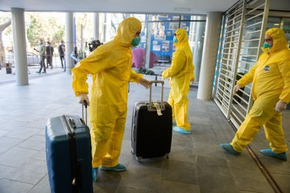 """12/05/2020 12 May 2020, Uruguay, Montevideo: Members of the crew of the Australian cruise ship """"Greg Mortimer"""", which had numerous coronavirus-infected people on board, arrive at the Regency Way Hotel.  The crew of the coronavirus-stricken cruise ship Greg Mortimer started disembarking in Montevideo on Tuesday after being moored off Uruguay for more than a month, the country's foreign minister, Ernesto Talvi, said. Photo: S. Mazzarovich/dpa POLITICA INTERNACIONAL S. Mazzarovich/dpa"""