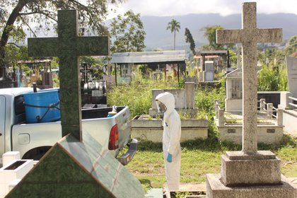 Members of Civil Defense and gravediggers from the San Cristobal municipal cemetery bury a person who died from the coronavirus, on July 15, 2020, in San Cristóbal (Venezuela).  EFE / Johnny Parra / Archive