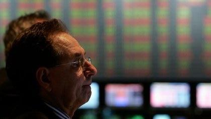 Foto de archivo. Un operador trabaja en la Bolsa de Comercio de Buenos Aires, en Buenos Aires, Argentina. Ago 16, 2007. REUTERS/Marcos Brindicci (ARGENTINA)