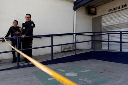 Imagen de archivo de policías vigilando una tienda de artículos para el hogar después de que fuera saqueada durante una protesta en Ecatepec, México, Enero 5, 2017. REUTERS/Carlos Jasso