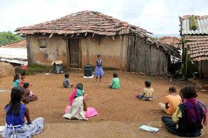 Niñas y niños en escuela rural en Maharashtra, India. REUTERS/Prashant Waydande