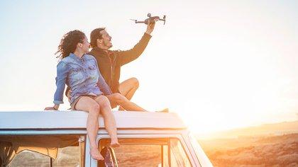 Tomarse un vuelo implica más logística para una familia que tiene que trasladarse al aeropuerto y alquilar un auto en el destino (Shutterstock)