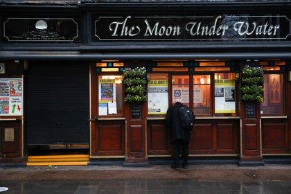 Un pub cerrado en Londres (Reuters)