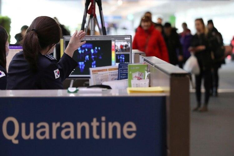 Controles por el coronavirus en un aeropuerto de Corea del Sur (Suh Myung-geon/Yonhap via AP)
