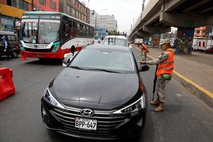 Controles policiales de circulación en la nueva cuarentena (Reuters)