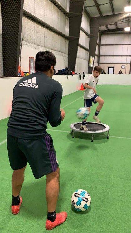 Rivarola entrena a los niños en la escuela de fútbol de River en Indiana