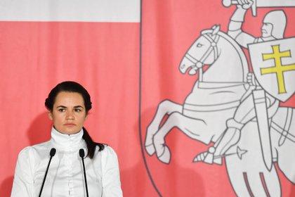 La líder opositora bielorrusa en el exilio, Svetlana Tijanóvskaya, durante una rueda de prensa en Varsovia, Polonia este miércoles. EFE/ Piotr Nowak