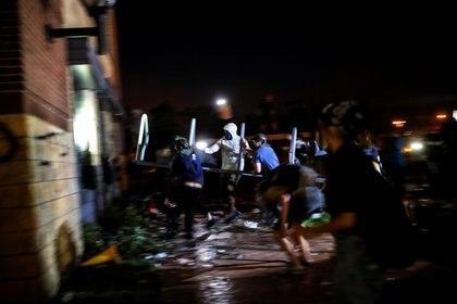 Manifestantes intentado ingresar a la estación de policía (Reuters/ Carlos Barria)