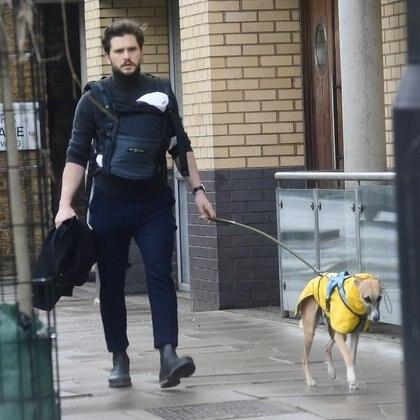 El actor de Juego de tronos Kit Harington paseó por las calles de Londres con su bebé recién nacido, fruto de su relación con  Rose Leslie y con su perro
