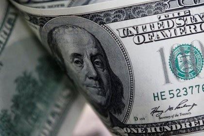 Para los operadores, hay dólares con riesgo argentino que nadie sabe sin son caros o baratos. (Reuters/Lee Jae-Won)