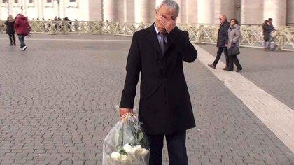 En 2014 viajó a Italia, clandestino. Y estuvo en el Vaticano. Compró dos ramos de rosas blancas y el 27 de diciembre, aniversario treinta y uno de su entrevista en la cárcel con Juan Pablo II, pasó por el sitio donde le había disparado, se hizo fotografiar con dos lagrimitas falsas, y fue a dejar las rosas en la tumba del Papa (AFP)
