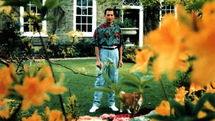 Freddie Mercury en el jardín de su casa en Londres (Jim Hutton)