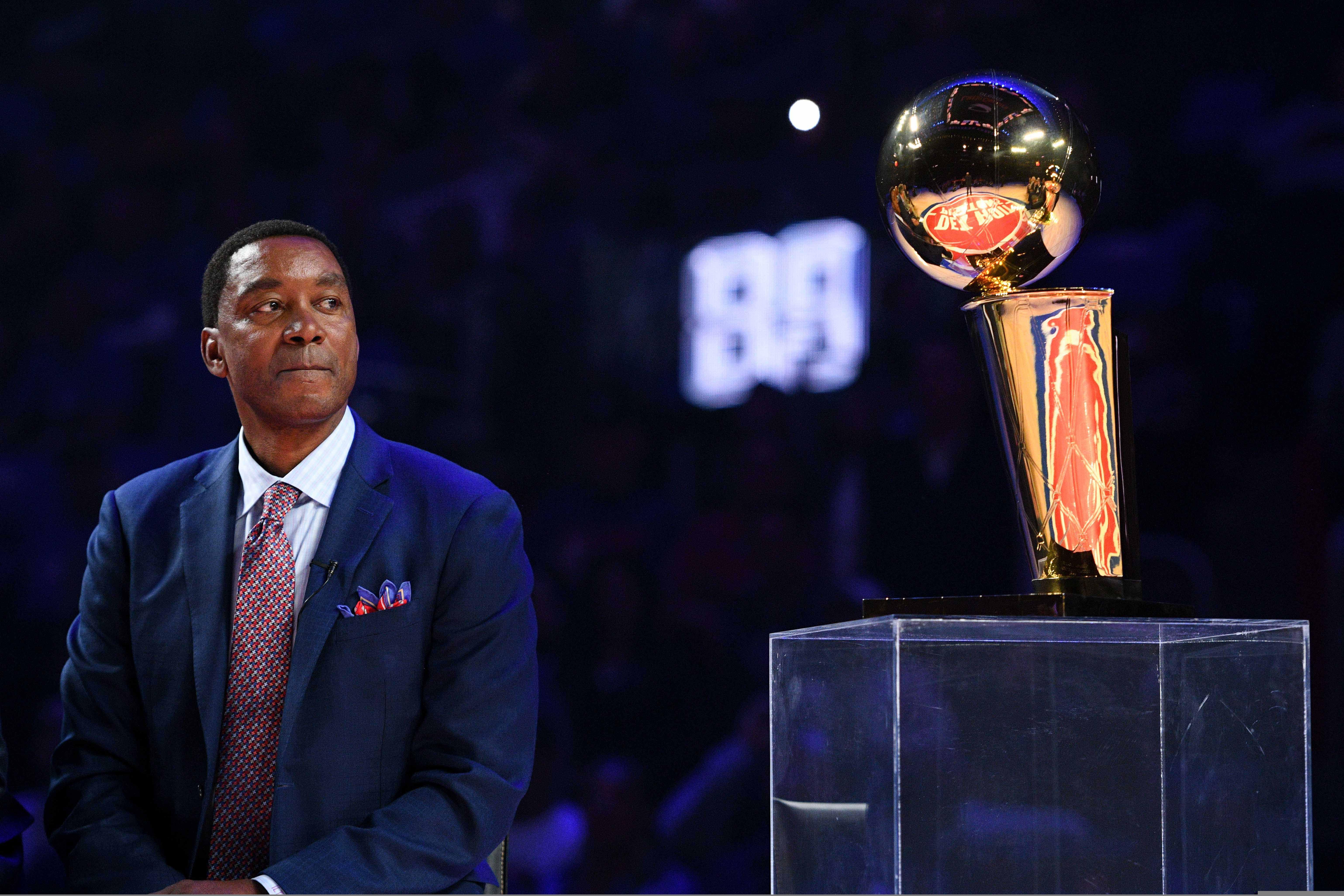 Isiah Thomas mira fijo el trofeo de campeón (Credit: Tim Fuller-USA TODAY Sports)