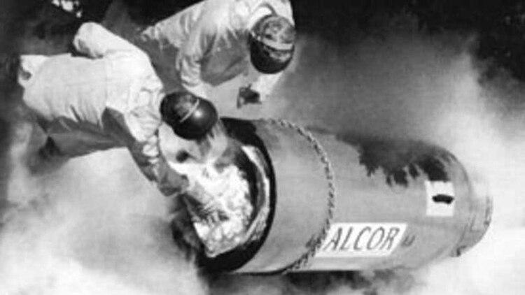 El cuerpo del psicólogo James Bedford en la cápsula donde se congeló (Alcor Foundation)
