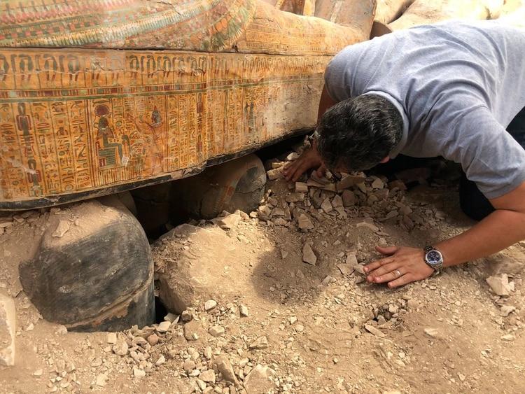 Un equipo de arqueólogos descubrió 20 ataúdes de madera en perfecto estado. El sábado darán mayores detalles sobre el tesoro que permaneció escondido miles de años (@AntiquitiesOf)