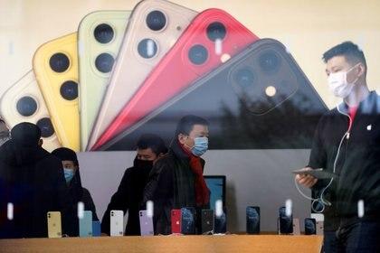 Se espera que Apple anuncie un nuevo modelo de iPhone más barato este año aunque no está claro si los retrasos en China afectarán ese lanzamiento.REUTERS/Aly Song/File Photo