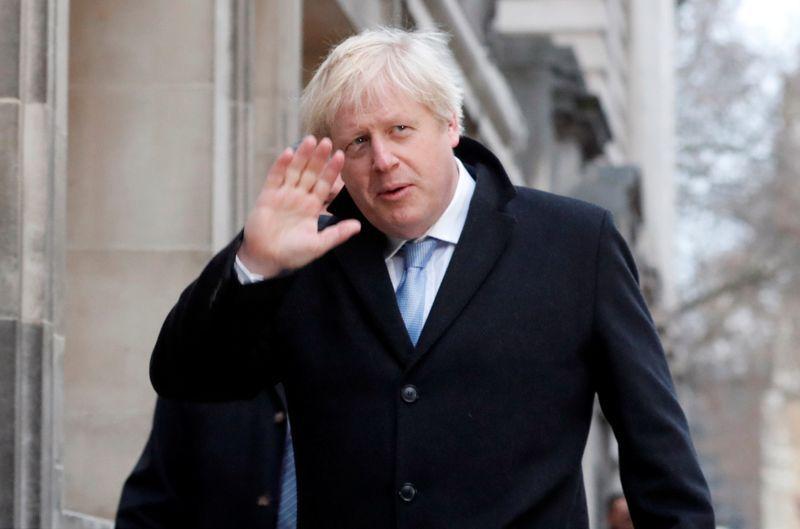 El primer ministro británico Boris Johnson saluda tras llegar a un centro de votación para emitir su sufragio en los comicios en Reino Unido. 12 de diciembre de 2019. REUTERS/Thomas Mukoya