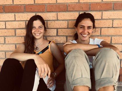 Con Margarita, su amiga y compañera de viaje que en marzo sí volvió a la Argentina.