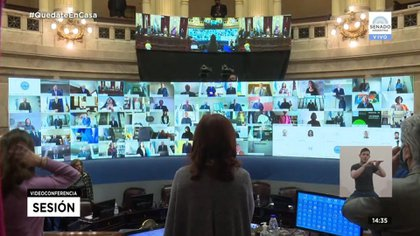 Sesión del Senado en tiempos de pandemia, con Cristina Kirchner al mano.