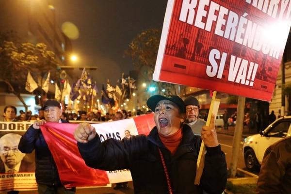 Durante la votación, cientos de integrantes de colectivos civiles, sociales y políticos marcharon por el centro histórico de Lima para manifestar su apoyo a las reformas presentadas por el Ejecutivo y pedir el cierre del Congreso (REUTERS/Guadalupe Pardo)