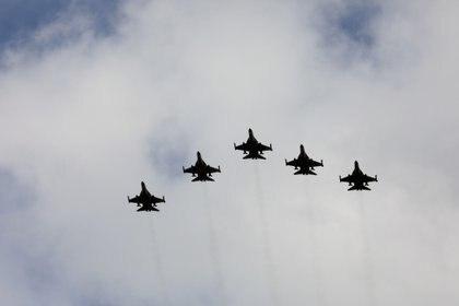 Cazabombarderos F-16 taiwaneses vuelan en formación durante una ceremonia en Taichung, Taiwán, el 28 de agosto de 2020. (REUTERS/Ann Wang)