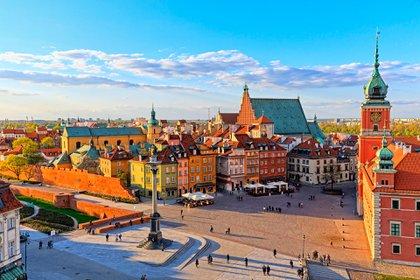 Varsovia, la capital de Polonia, ha logrado combinar perfectamente sus edificios históricos con la arquitectura contemporánea, abrazando su historia mientras mira hacia el futuro (Shutterstock)