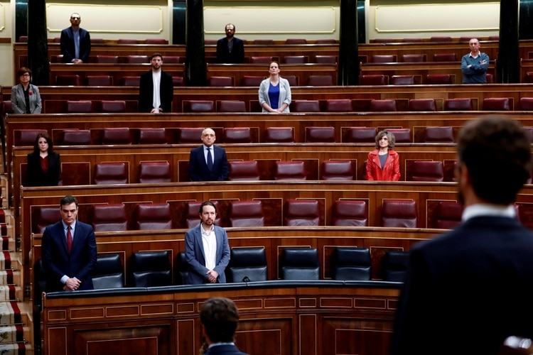 Pedro Sánchez y los pocos diputados asistentes realizaron un minuto de silencio antes del intenso debate sobre la extensión del estado de alarma (Reuters)