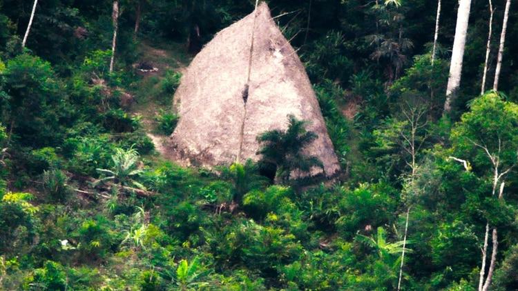"""Esta fotografía de 2017 difundida por la Fundación Nacional del Indio (FUNAI) muestra una """"maloca"""", una casa grande en Vale do Javari, estado de Amazonas, en Brasil. La FUNAI ha registrado 107 tribus aisladas en la nación más grande de América Latina. (FUNAI vía AP)"""
