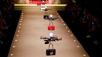 Las carteras de Dolce & Gabbana desfilaron en la pasarela mediante drones (REUTERS)