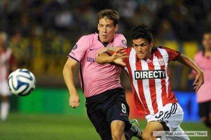 En 2013, Boca estrenó la polémica camiseta rosa(Télam)