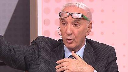 Mauro comenzó su carrera como relator deportivo