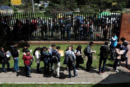 Foto de archivo. Personas hacen fila para presentar sus solicitudes de empleo en Bogotá, Colombia, 31 de mayo, 2019. REUTERS/Luisa González