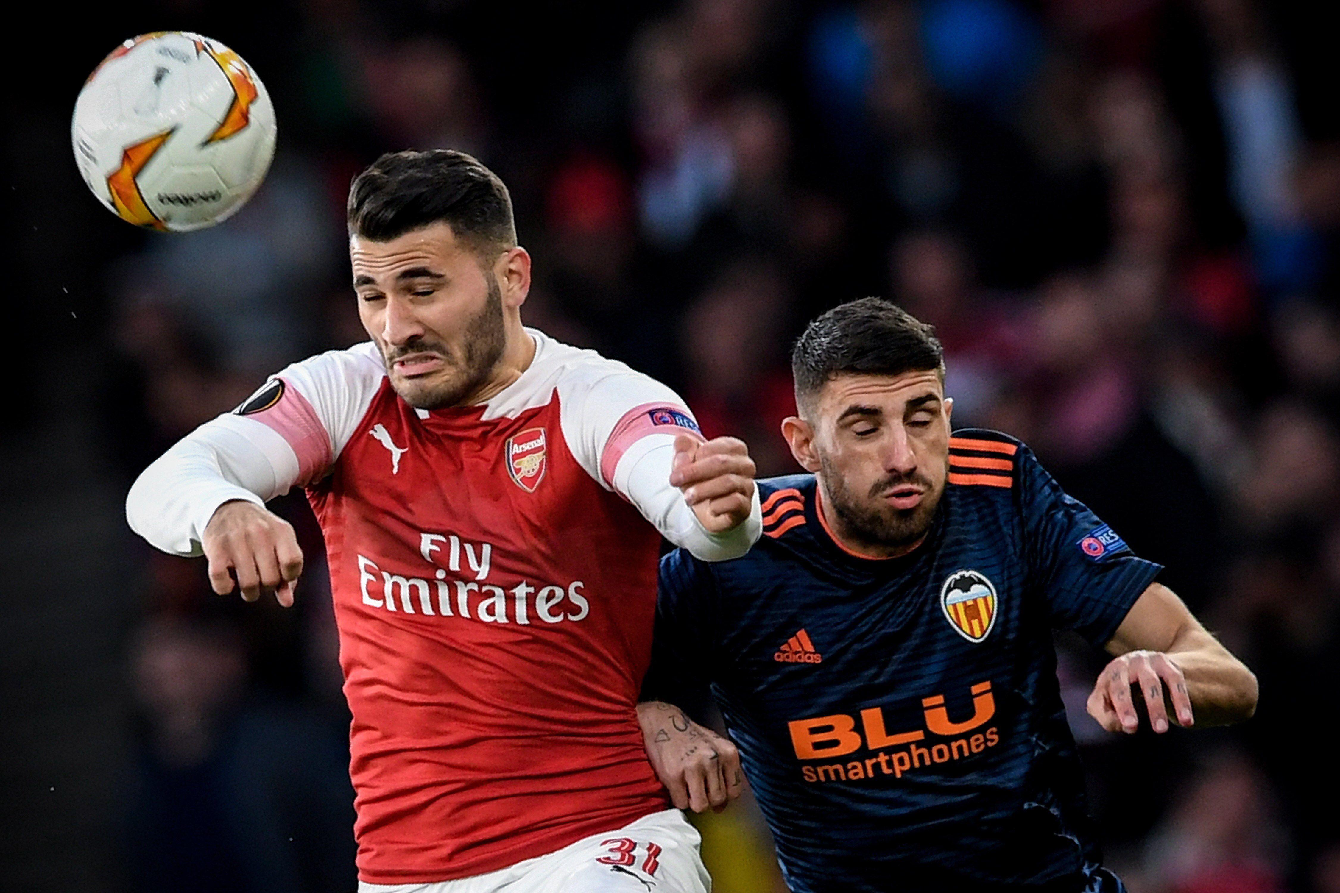 Sead Kolasinac (i) disputa un balón ante Cristiano Piccini (d) del Valencia. EFE/ Neil Hall/Archivo