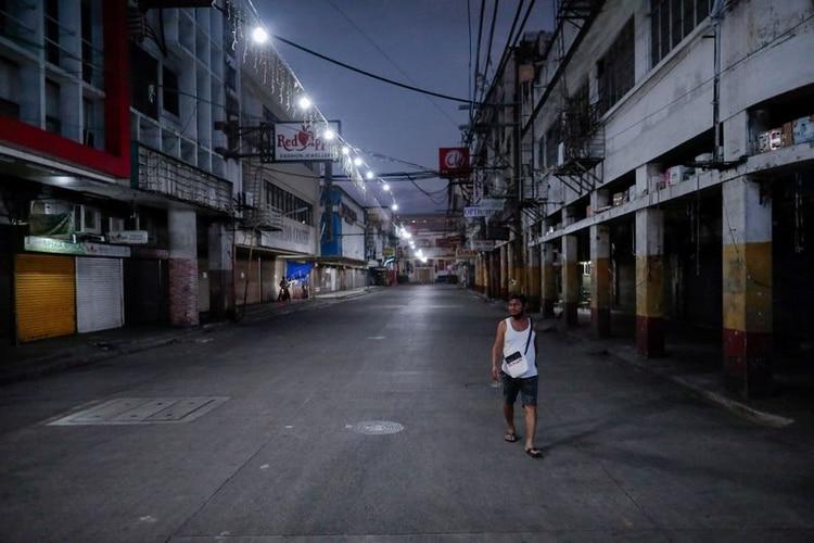 Un hombre caminando por las desiertas calles de Manila en medio del brote de coronavirus (Reuters/archivo)
