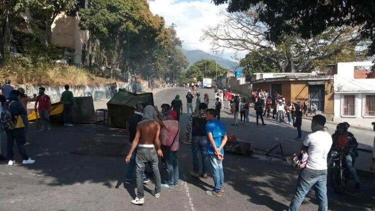 Los manifestantes montaron barricadas ante la represión de las fuerzas del régimen