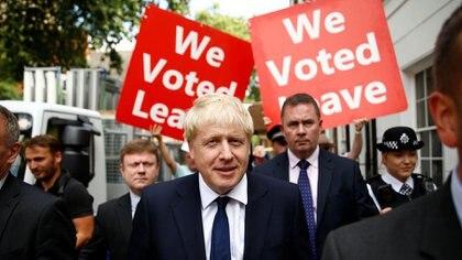 Boris Johnson, nuevo líder del Partido Conservador británico, deja su oficina en Londres este lunes, tras el cierre de la votación de la que resultó vencedor (REUTERS/Henry Nicholls)