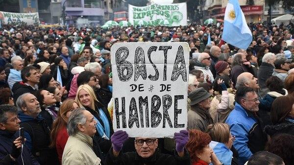 Miles de personas se concentraron en la 9 de julio para marchar en contra del acuerdo con el FMI