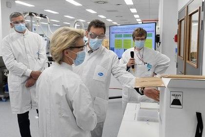 Las plantas de producción de las vacunas de Pfizer y BioNTec están en los Estados Unidos y en Europa. La Comisión Europea, con su presidenta Ursula von der Leyen, ha realizado visitas a una de las plants. La vacunas están autorizadas para uso de emergencia en varios países de América y en Europa / John Thys /Pool via REUTERS