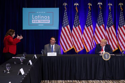 La empresaria Laura Nowlan saluda en una mesa redonda con el Presidente de los Estados Unidos Donald Trump y los partidarios de la Coalición de Latinos por el Trump en Las Vegas, Nevada, EE.UU. el 13 de septiembre de 2020 (REUTERS/Jonathan Ernst)