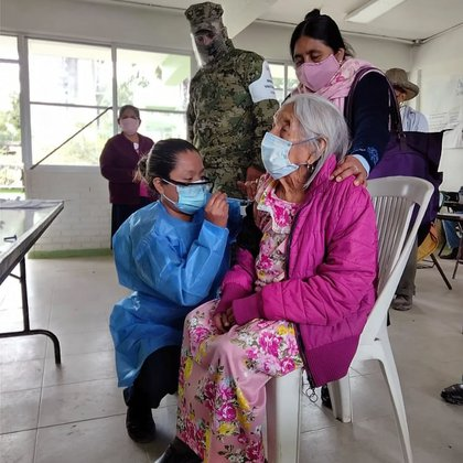 Doña María Antonia, who is 120 years old, received the first dose in the Huasteca of Veracruz (Photo: Twitter @ welfaremx)